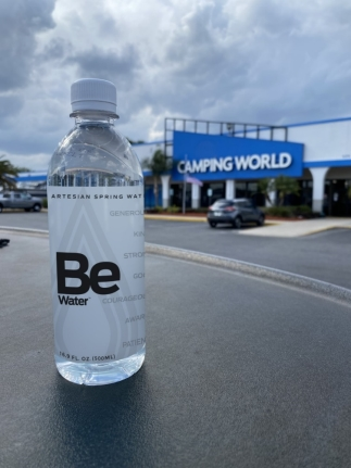 Botella de bebida en la calleDescripción generada automáticamente con confianza media